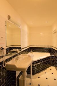 A bathroom at Hôtel Rabelais