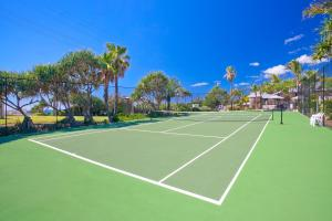 Tennis and/or squash facilities at Beach Breakers Resort or nearby