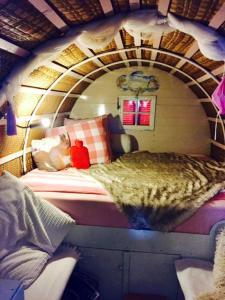 A bed or beds in a room at B&B De Oude Nadorst