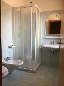 A bathroom at Garnì Mariolina