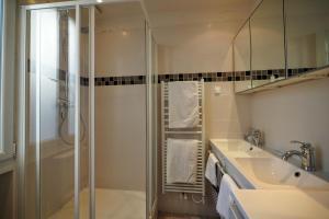 A bathroom at Chambre d hôte : Louvre Elegant Apt Suite