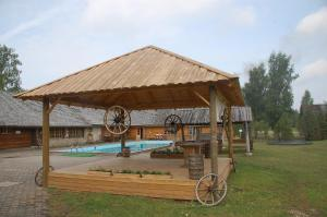 Majoituspaikassa Holiday Village Suur Töll tai sen lähellä sijaitseva uima-allas