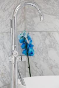 A bathroom at Ateliers de Montmartre ADM