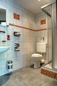A bathroom at Hotel Restaurant Moselblick
