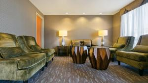 A seating area at Best Western PLUS Calgary Centre Inn