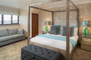 A bed or beds in a room at The Chequers Inn