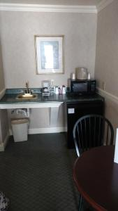 A kitchen or kitchenette at The Blue Heron Inn