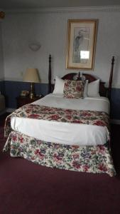 A bed or beds in a room at The Blue Heron Inn