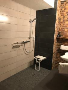 Ванная комната в Hotel Restaurant Aux Trois Roses