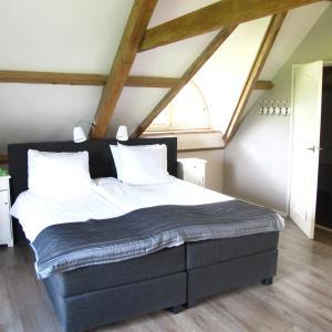 A bed or beds in a room at de Bieslandse Heerlijkheid