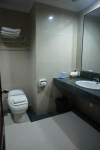 A bathroom at Tyng Garden Hotel