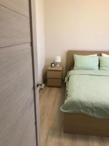 Кровать или кровати в номере Apartments Pulkovskoe 14E