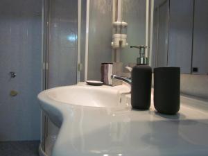 A bathroom at Al Nove e TreQuarti