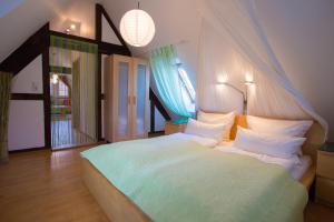 A bed or beds in a room at Beate's Bed & Breakfast