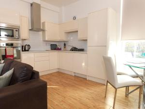 A kitchen or kitchenette at Andover Apartments