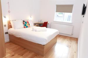 A bed or beds in a room at Flexistay Leicester Gable Aparthotel