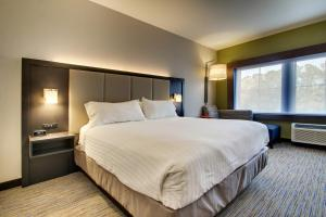 A bed or beds in a room at Holiday Inn Express & Suites - Summerville, an IHG Hotel