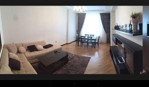 Uma área de estar em Beautiful apartment in Baku