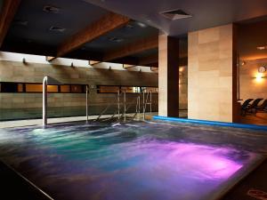 Basen w obiekcie VacationClub - Olympic Park Apartment B606 lub w pobliżu