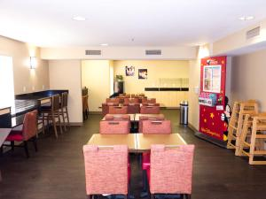 A restaurant or other place to eat at Extended Stay America Suites - Orlando - Convention Center - Universal Blvd