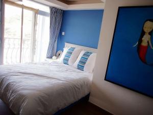 A bed or beds in a room at Tai O Inn, by the Sea