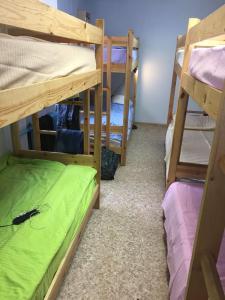 Двухъярусная кровать или двухъярусные кровати в номере Хостел «Пирс»