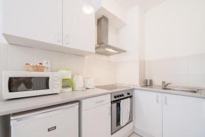 A kitchen or kitchenette at Prince Apartments