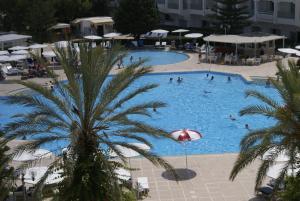 Uitzicht op het zwembad bij El Mouradi Palace of in de buurt