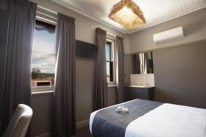 A bed or beds in a room at Nags Head Hotel