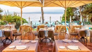 Un restaurante o sitio para comer en Hotel Cala del Pi - Adults Only