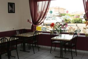 A restaurant or other place to eat at Hotel de l'Avenue