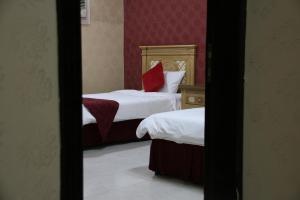 Cama ou camas em um quarto em Dorar Darea Hotel Apartments - Al Mughrizat