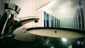 A bathroom at Media Luna Hostel Cartagena