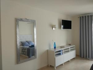 Una televisión o centro de entretenimiento en Los Cristianos studio, modern, spacious, pool,WiFi