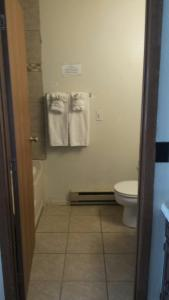 A bathroom at Western Inn Motel & RV Park