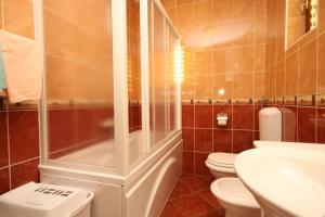 A bathroom at Apartments with a parking space Mlini, Dubrovnik - 4773
