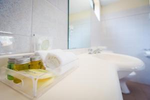 A bathroom at Abcot Inn