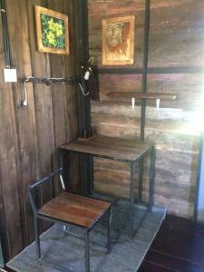 Ein Sitzbereich in der Unterkunft The Shadow House & Bar