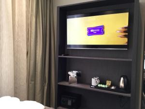 A television and/or entertainment centre at Mornington Hotel London Victoria