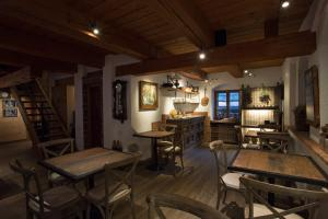 A restaurant or other place to eat at Romantik Hotel U Raka