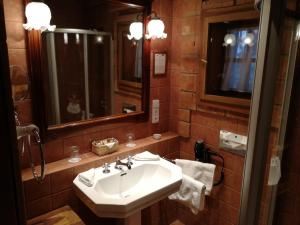 A bathroom at Romantik Hotel U Raka