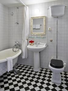 A bathroom at Fretheim Hotel