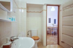 A bathroom at Angel City Aparthotel
