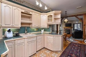 A kitchen or kitchenette at The Noble Suites