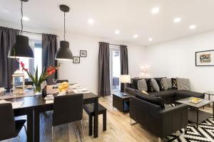 A seating area at Apartment Allure