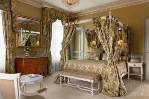 A bed or beds in a room at Hôtel L'Ecrin