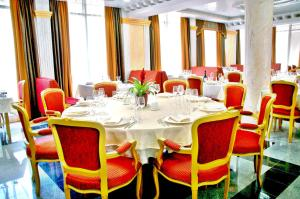 A restaurant or other place to eat at Actor Hotel Budapest