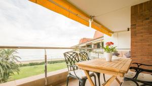 A balcony or terrace at GAVA 2 BEACHFRONT PENTHOUSE