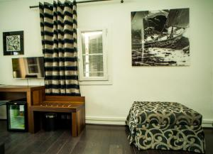 A seating area at Hotel B Lodge