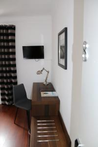 A television and/or entertainment center at Hotel B Lodge